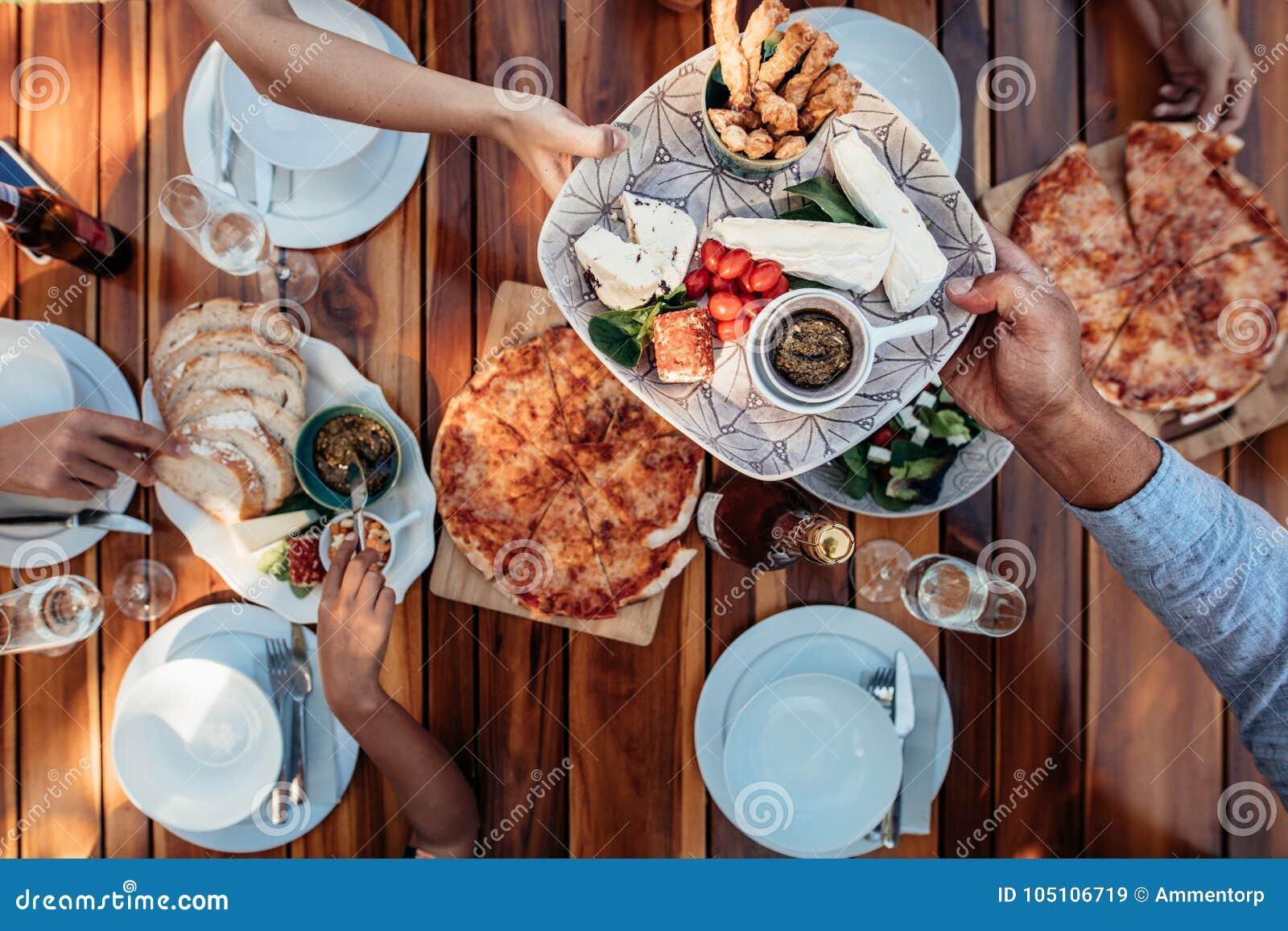 Os povos que comem a refeição na tabela serviram para o partido