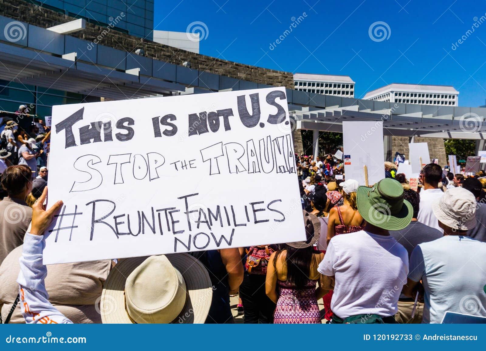 Os povos recolhidos na frente do San Jose City Hall para as famílias do ` pertencem junto reunião do `
