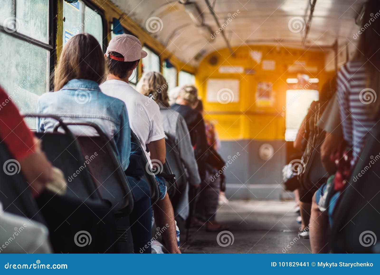 cae2f678eeb Os povos têm um transporte do passeio em público do trabalho no tempo do  por do