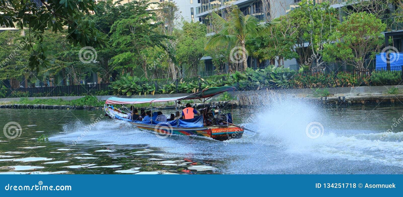 Os povos viajam pelo barco para evitar o trânsito intenso durante horas de ponta