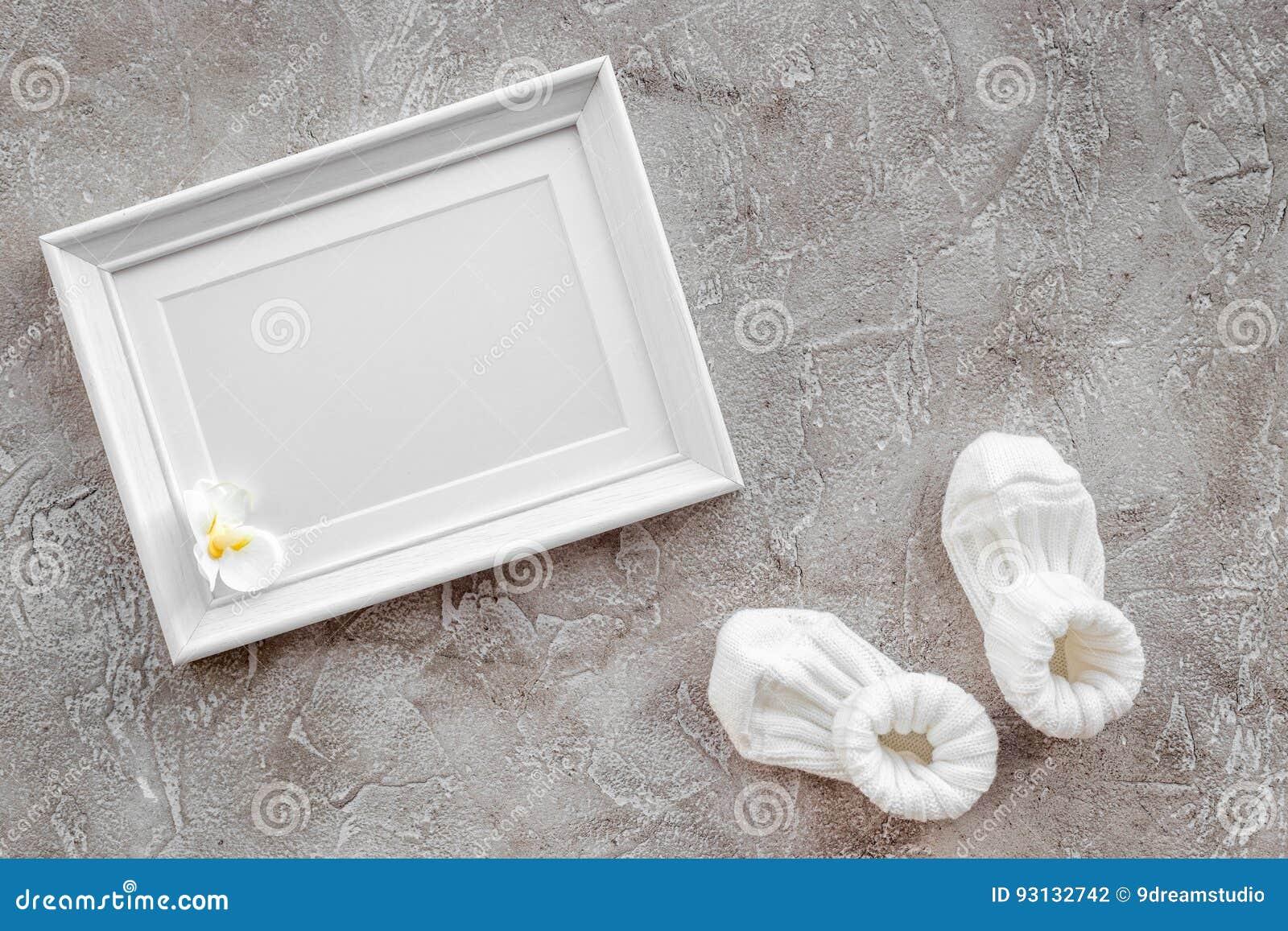 Os presentes ajustaram-se para a festa do bebê com o modelo de pedra cinzento da opinião superior do fundo do quadro