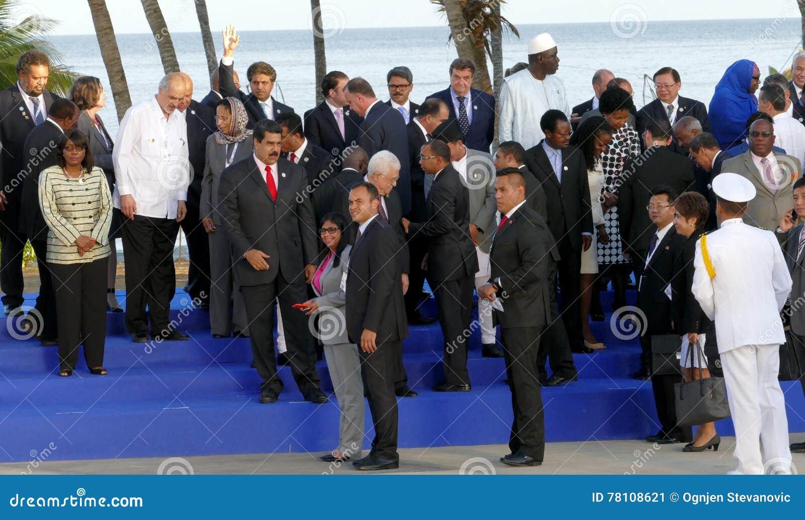 Os presidentes das delegações levantam para a fotografia oficial na 17a cimeira do movimento Não-alinhado