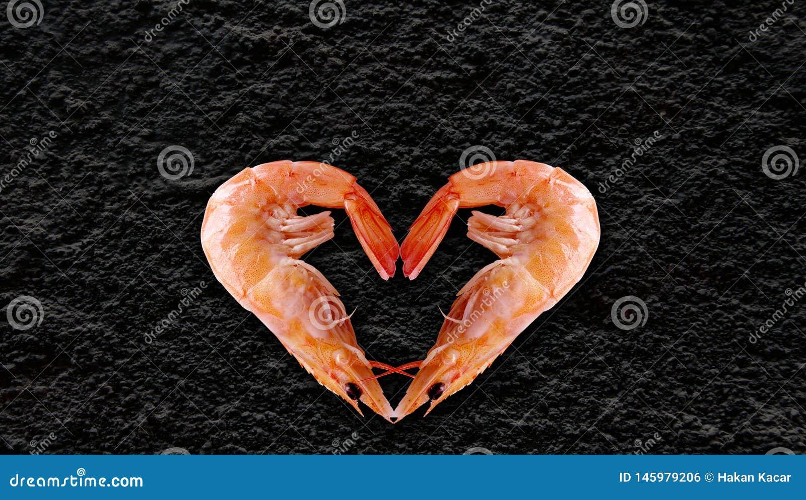 Os produtos do mar, coração deram forma ao camarão, fundo preto no de volta a para escrever seu artigo
