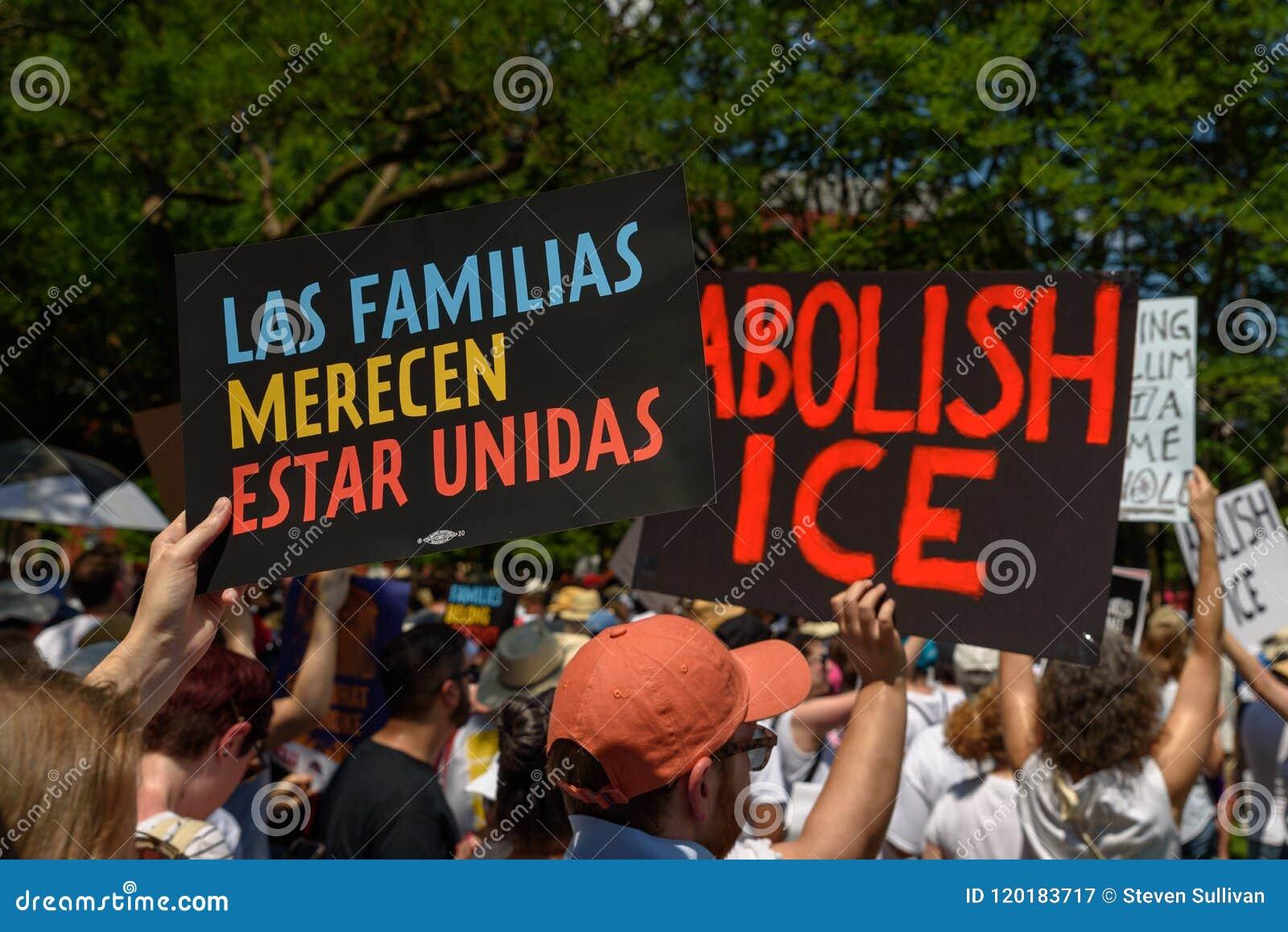 Os Protestors nas famílias pertencem junto reunião