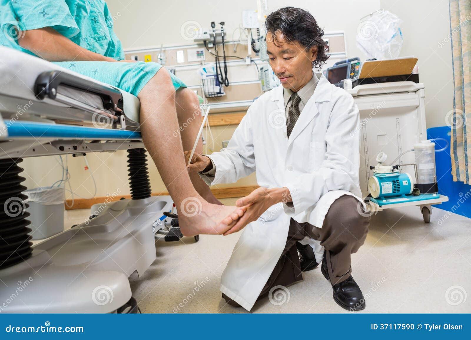 Os reflexos do paciente de exame do neurologista