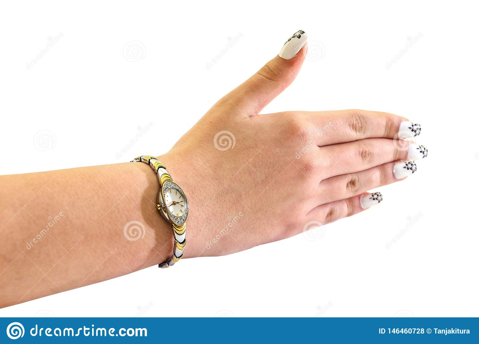 Os relógios de pulso das mulheres com um bracelete em sua mão, isolada contra o fundo branco