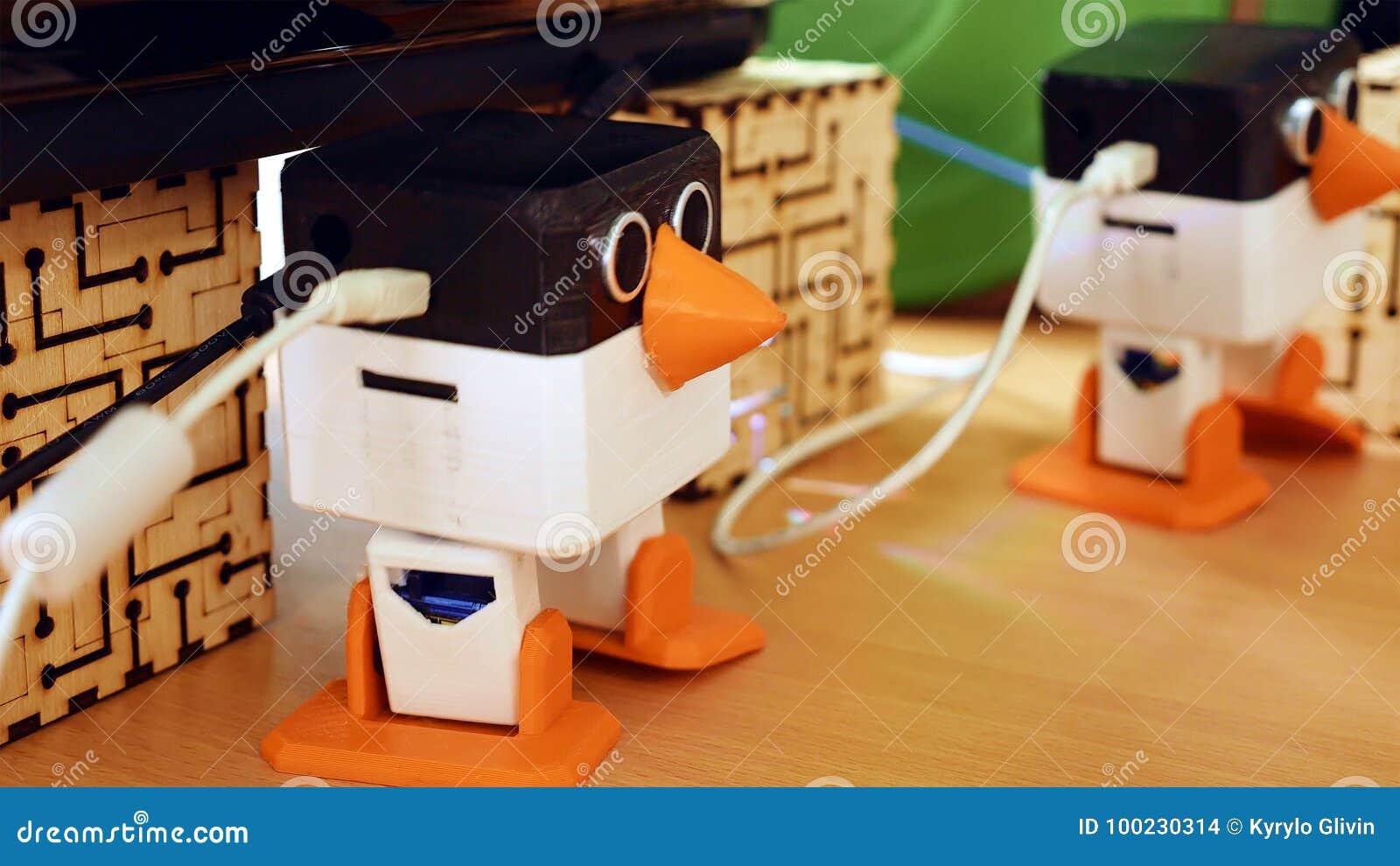 Os robôs automáticos do brinquedo estão dançando na tabela