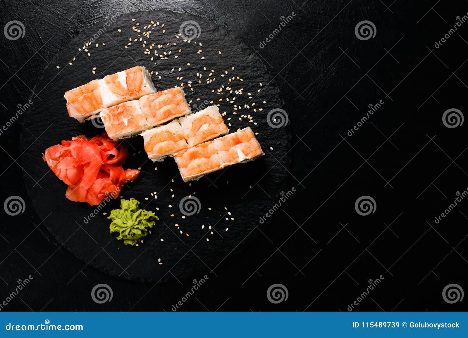 Os rolos de sushi do camarão ajustaram o alimento japonês tradicional
