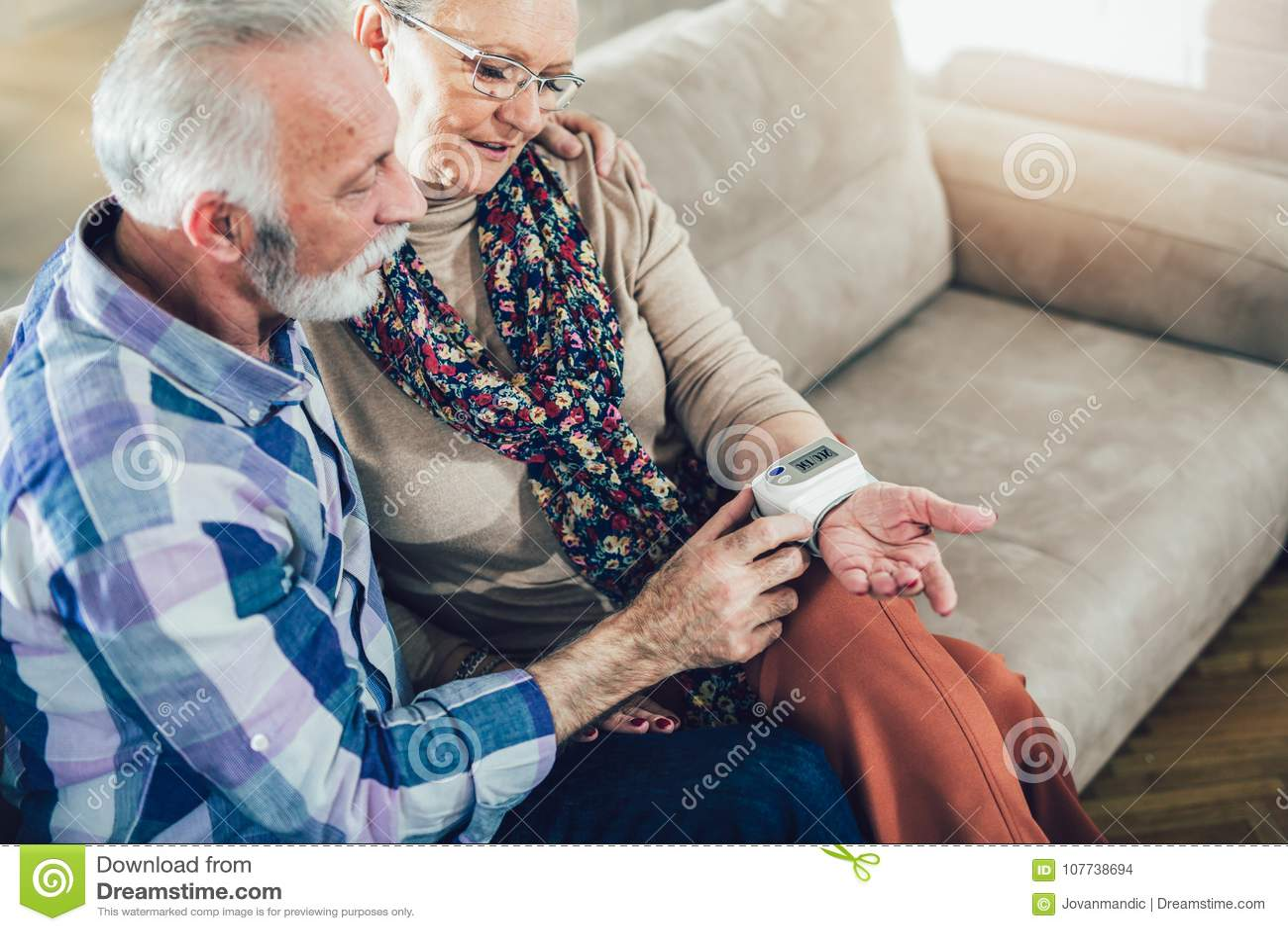 Os séniores acoplam em casa a pressão sanguínea de medição