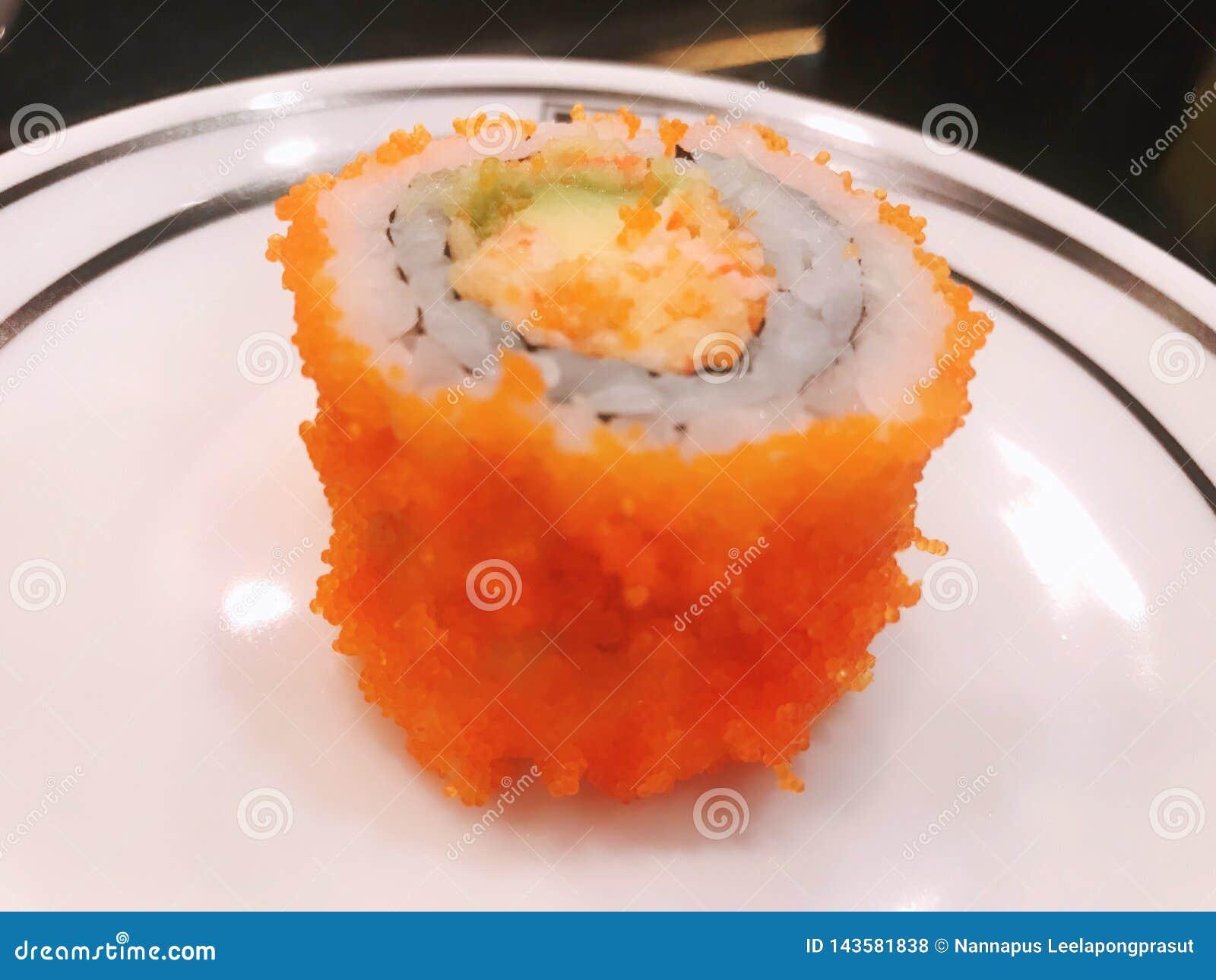Os salmões rolam o alimento de japão do abacate do aspargo
