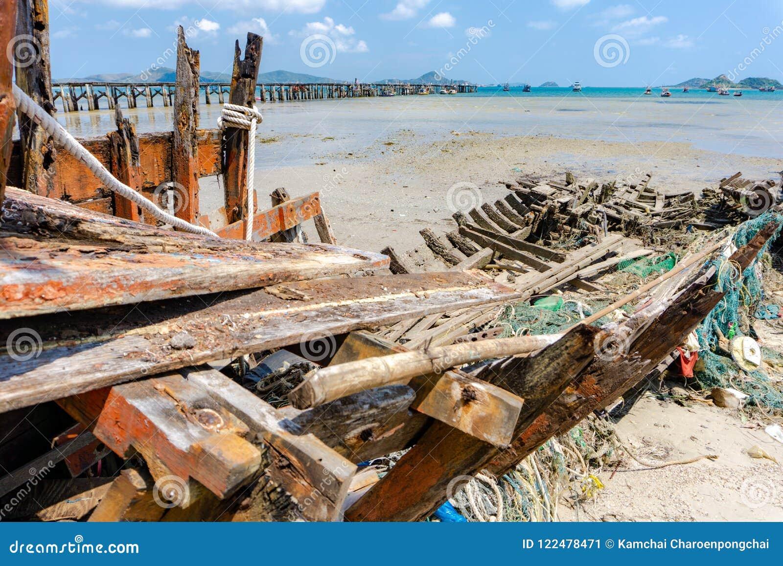 Os Seines ou as redes de arrasto ou as redes de pesca colaram na quilha de madeira velha do naufrágio