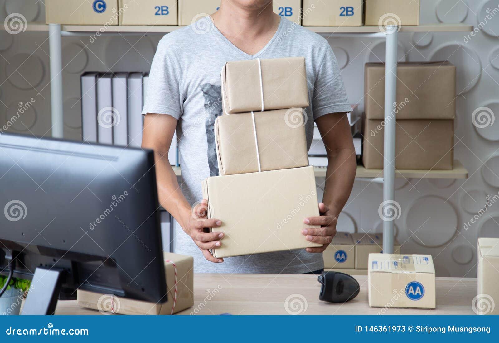 Os SME, caixa da terra arrendada do vendedor da empresa de pequeno porte preparam-se para enviado ao cliente