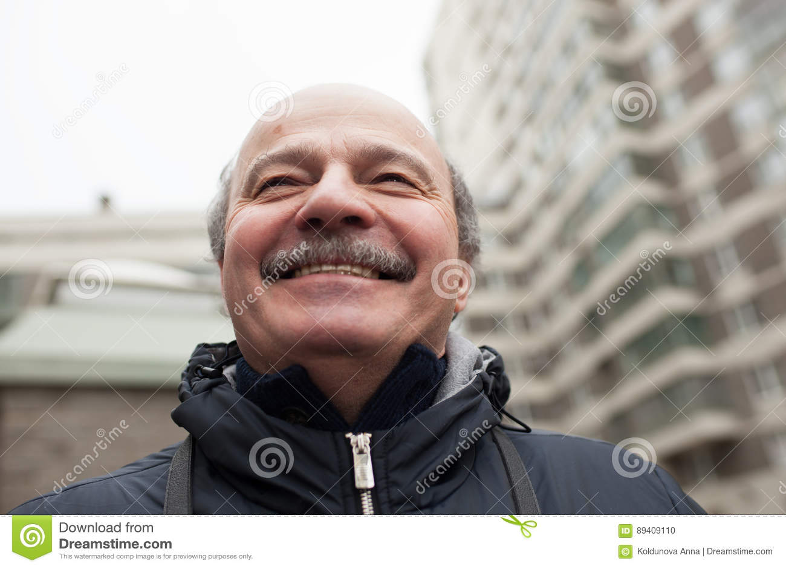 Os sorrisos do homem superior e olham acima