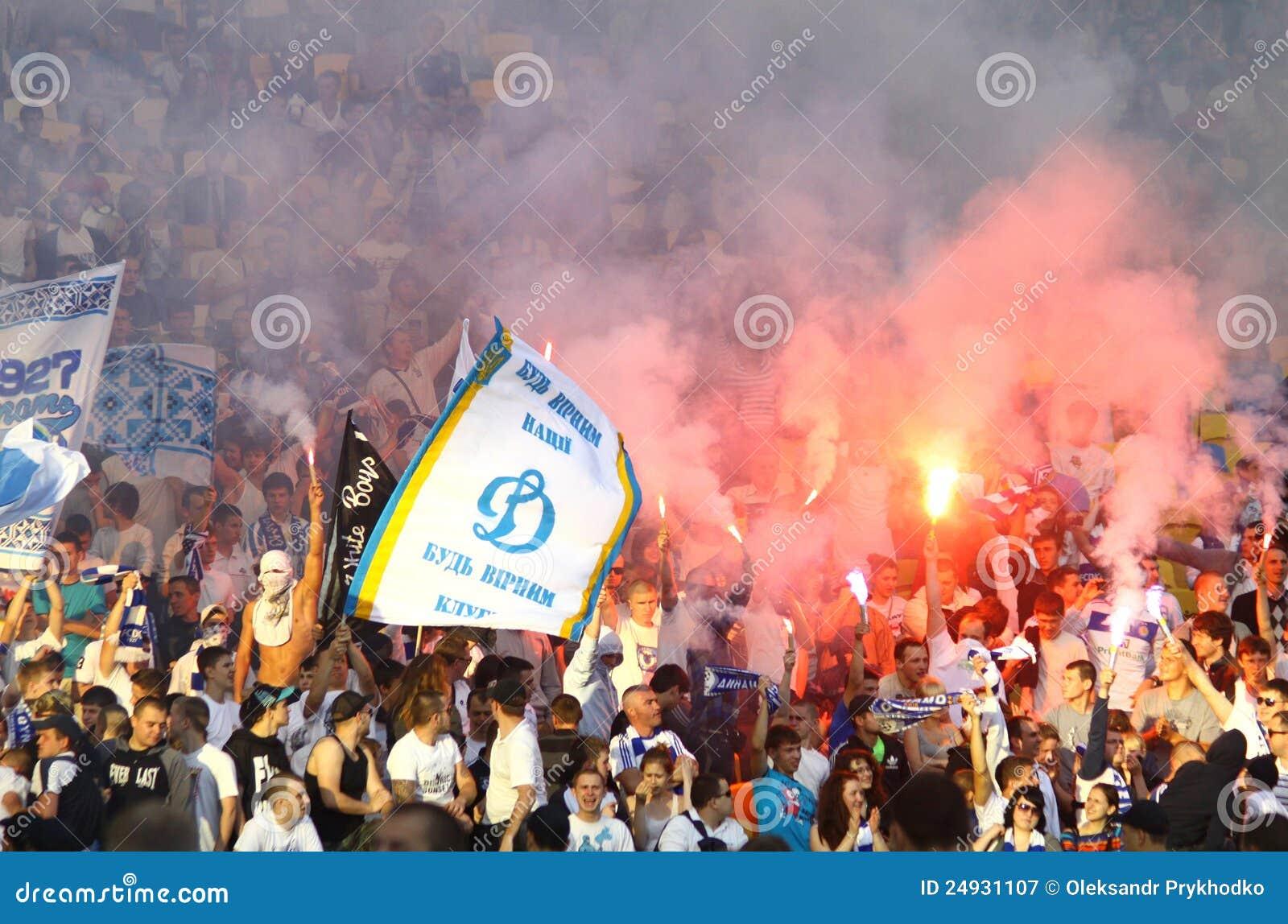 Os suportes da equipe de Kyiv do dínamo de FC mostram sua sustentação