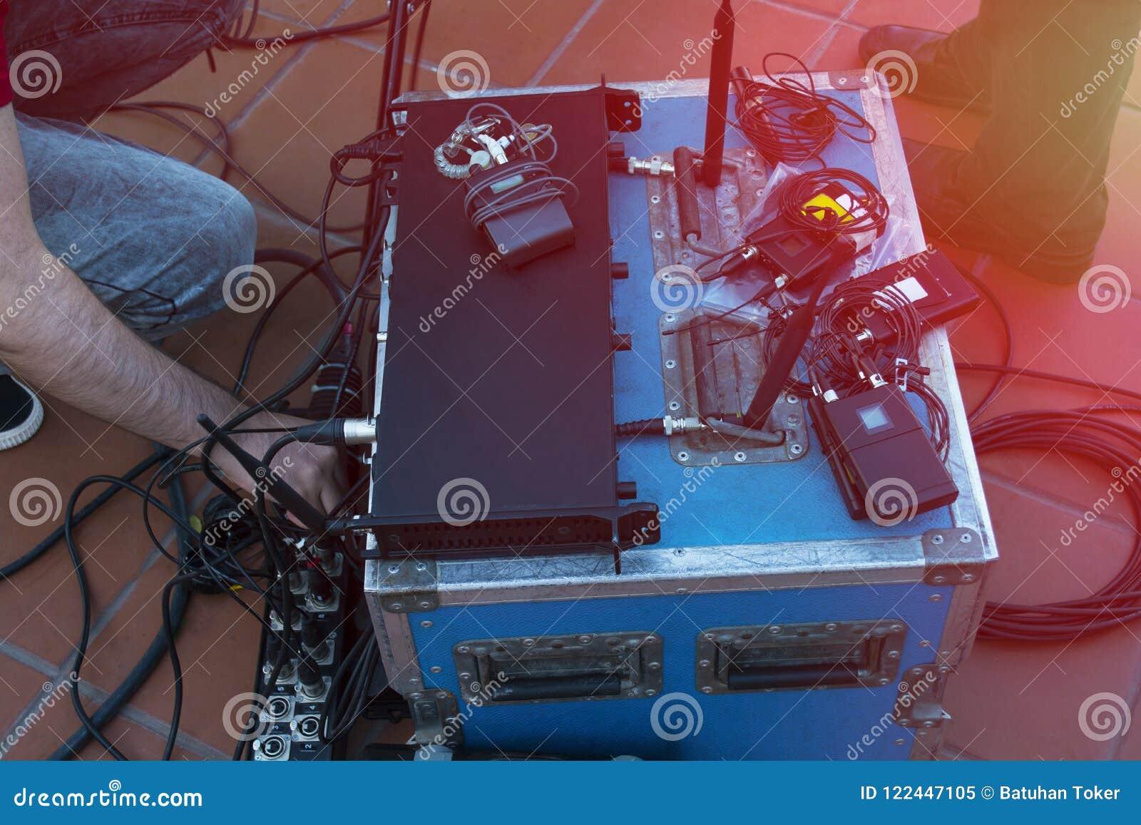 Os técnicos do técnico sadio e das luzes controlam a mostra da música no concerto Áudio profissional, painel claro do controlador