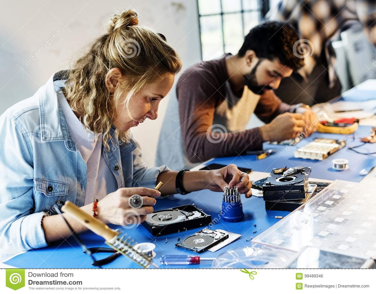 Os técnicos estão trabalhando nas peças da eletrônica do computador