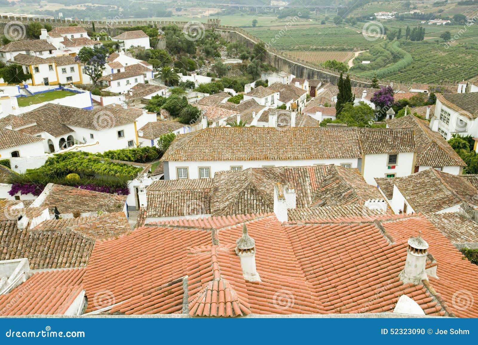 Os telhados vermelhos da telha na vila de Obidos fundaram pelos Celts em 300 BC, Portugal
