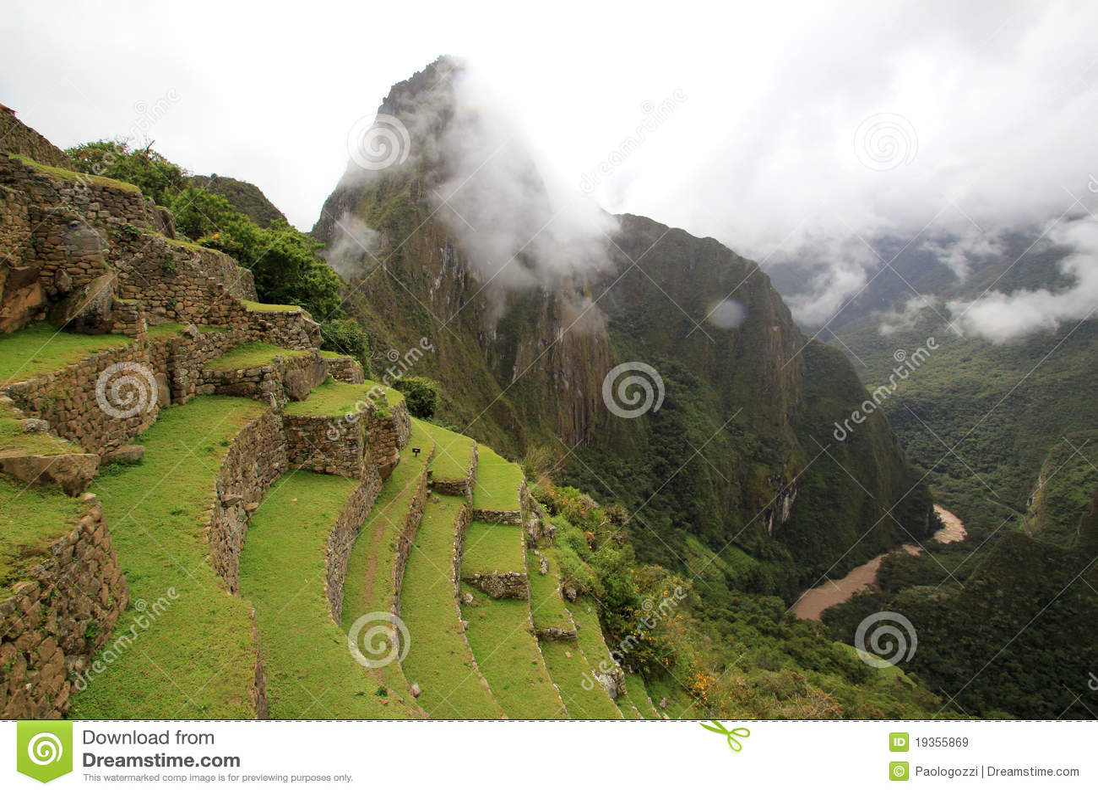 Os terraços do Inca de Machu Picchu e nuvens
