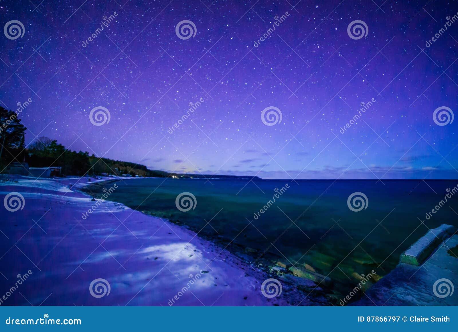 Os tintureiros latem, Bruce Peninsula na noite com Via Látea e estrela