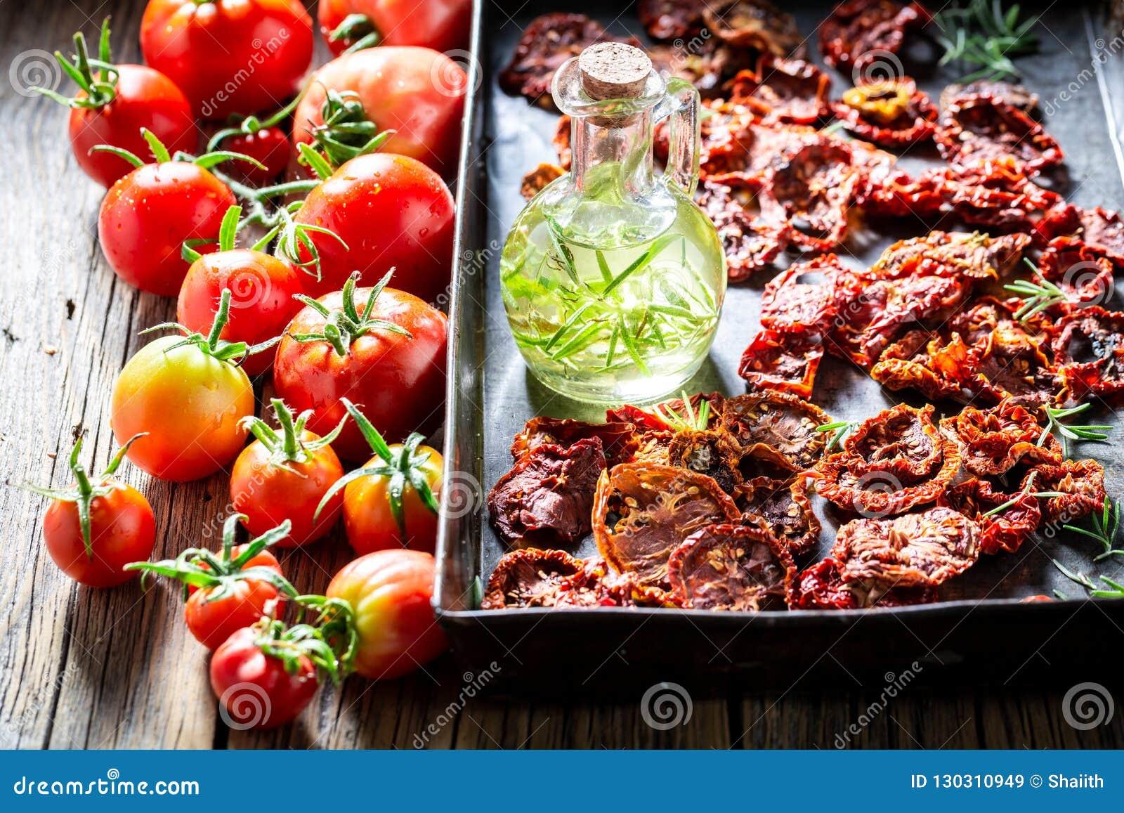 Os tomates saborosos secaram no sol na bandeja de cozimento