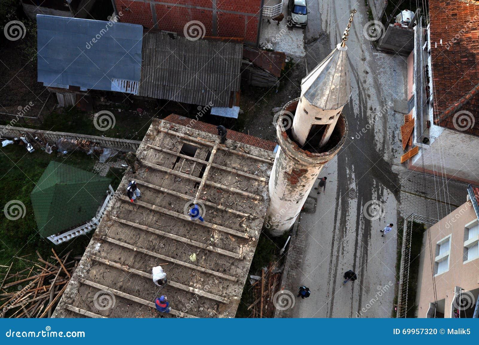 Os trabalhadores demolem a mesquita velha