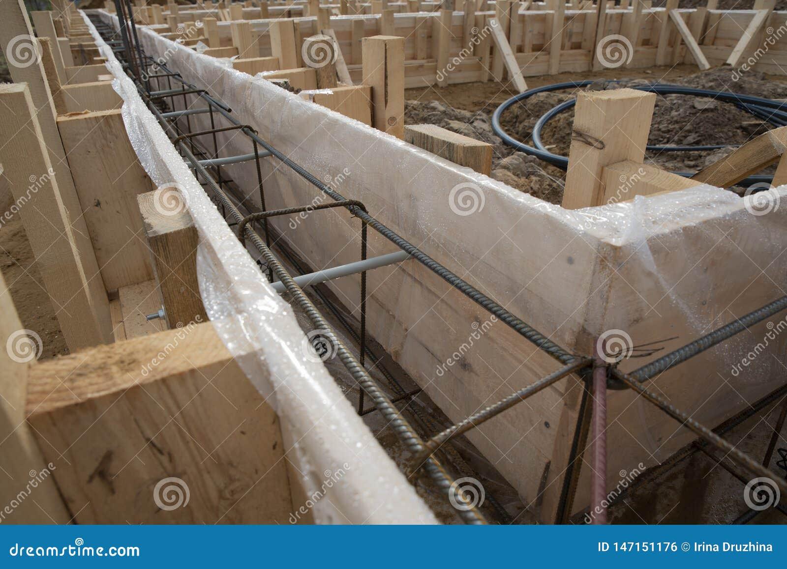 Os trabalhadores derramam concreto na fundação