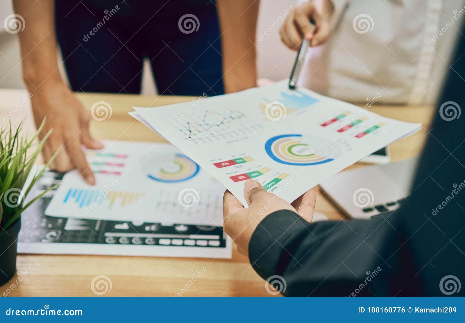 Os trabalhos de equipa estão analisando estratégias do trabalho Para encontrar a melhor maneira de crescer uma empresa