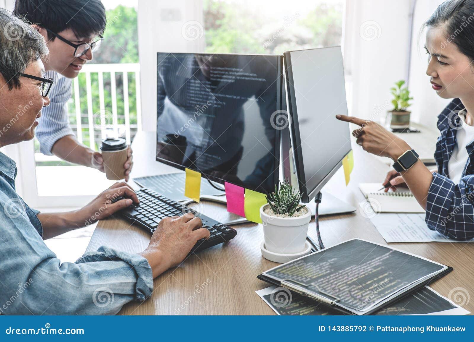 Os trabalhos de equipe dos programadores profissionais que cooperam na programação tornando-se e o Web site que trabalha em um so