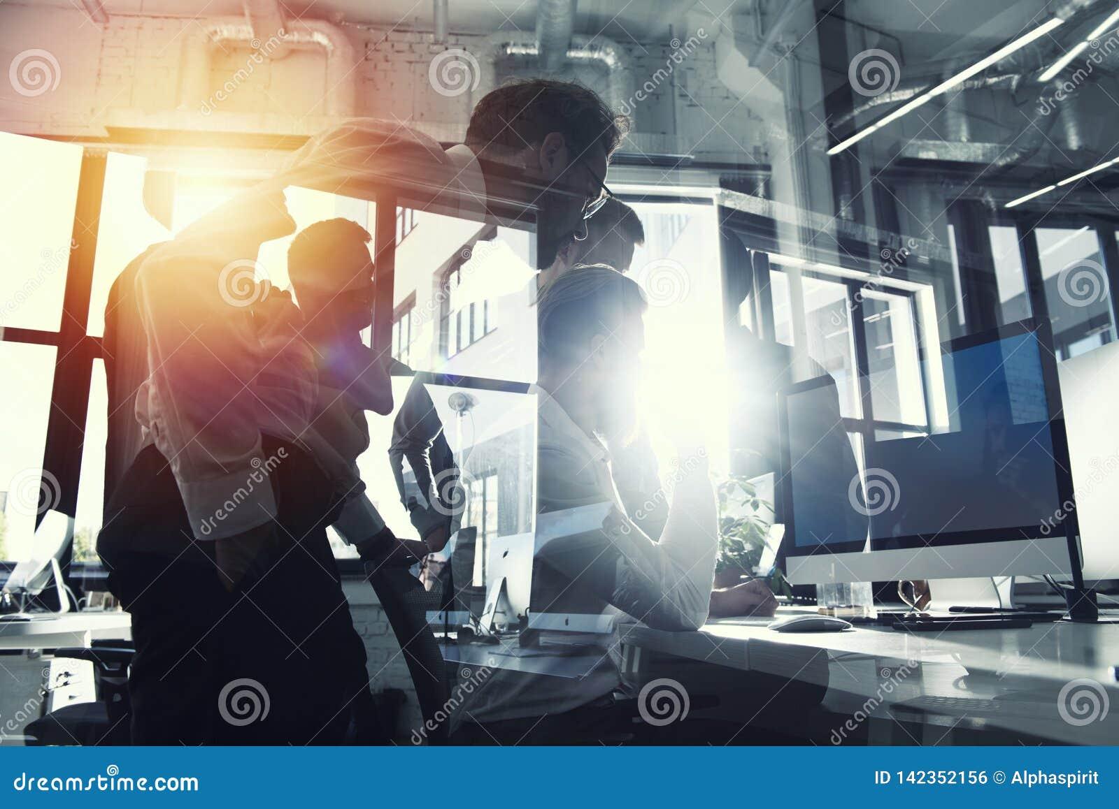Os trabalhos de equipe trabalham com um computador Conceito da partilha e da interconexão do Internet Exposição dobro