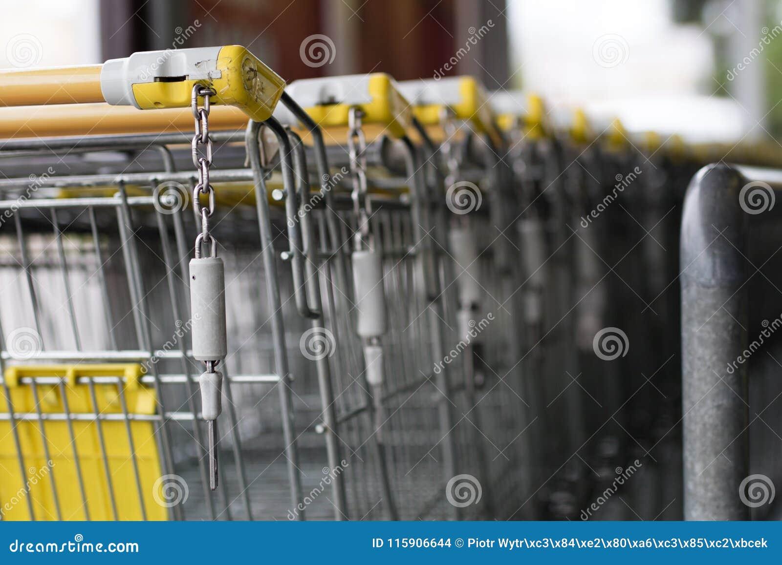 Os troles do carrinho de compras são colocados sob o mercado Compras