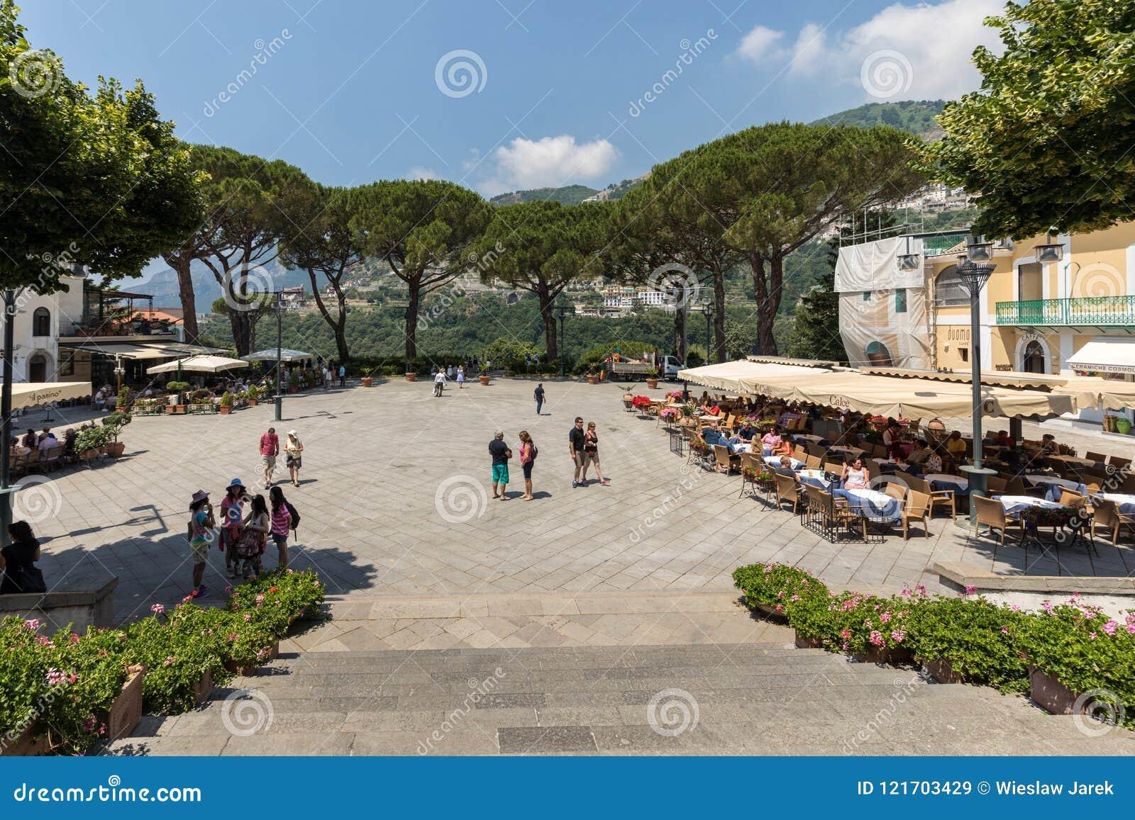 Os turistas apreciam a atmosfera de Piazza Duomo de Ravello Costa de Amalfi - Italy