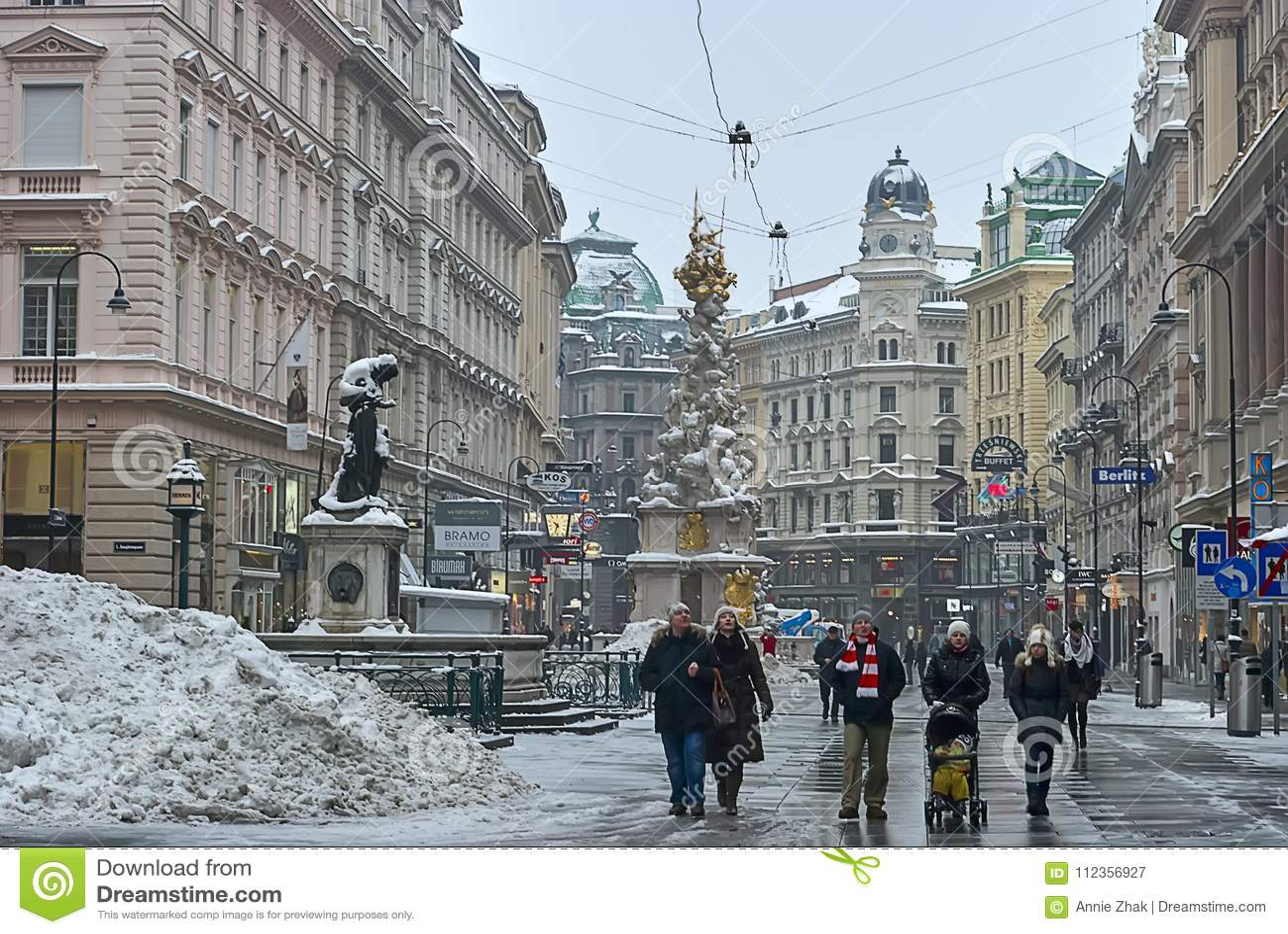 Os turistas estão andando em torno de Pestsäule na rua de Graben, Viena