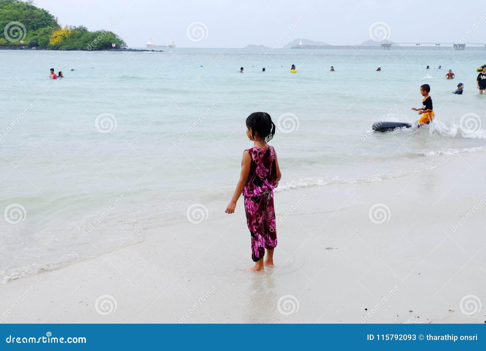 Os turistas estão nadando na praia