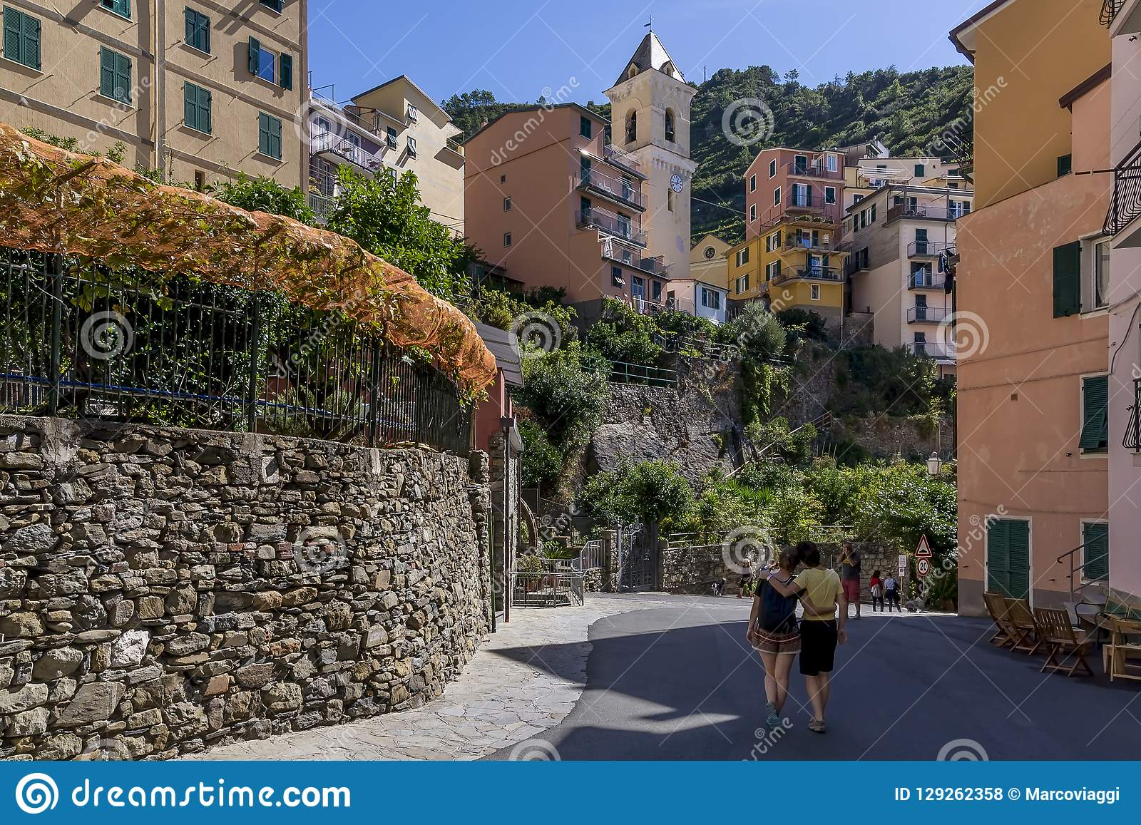 Os turistas tomam imagens no centro histórico de Manarola, Cinque Terre, Liguria, Itália