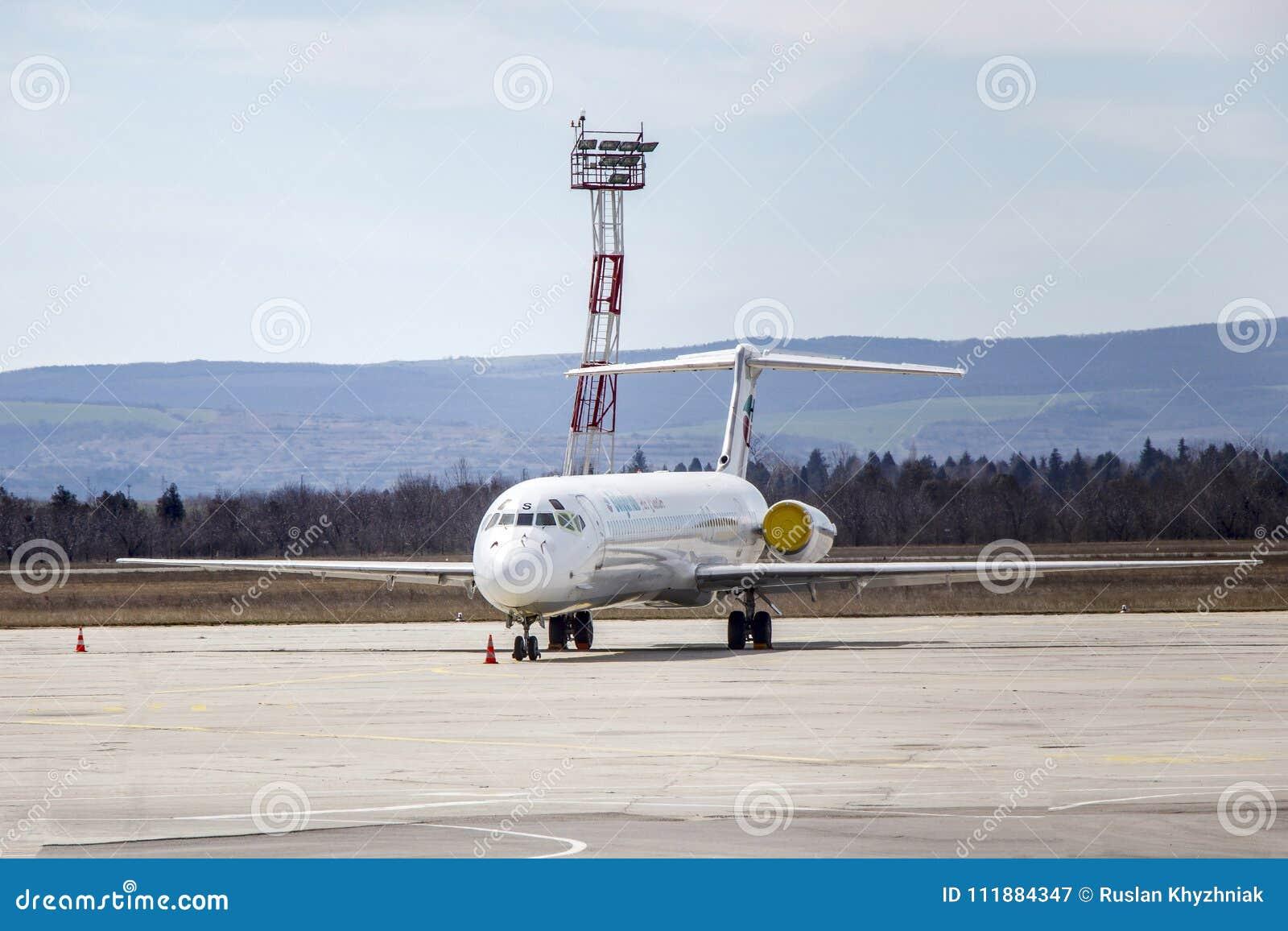 Os turistas viajam a linha aérea búlgara Bulgária Varna 11 03 2018