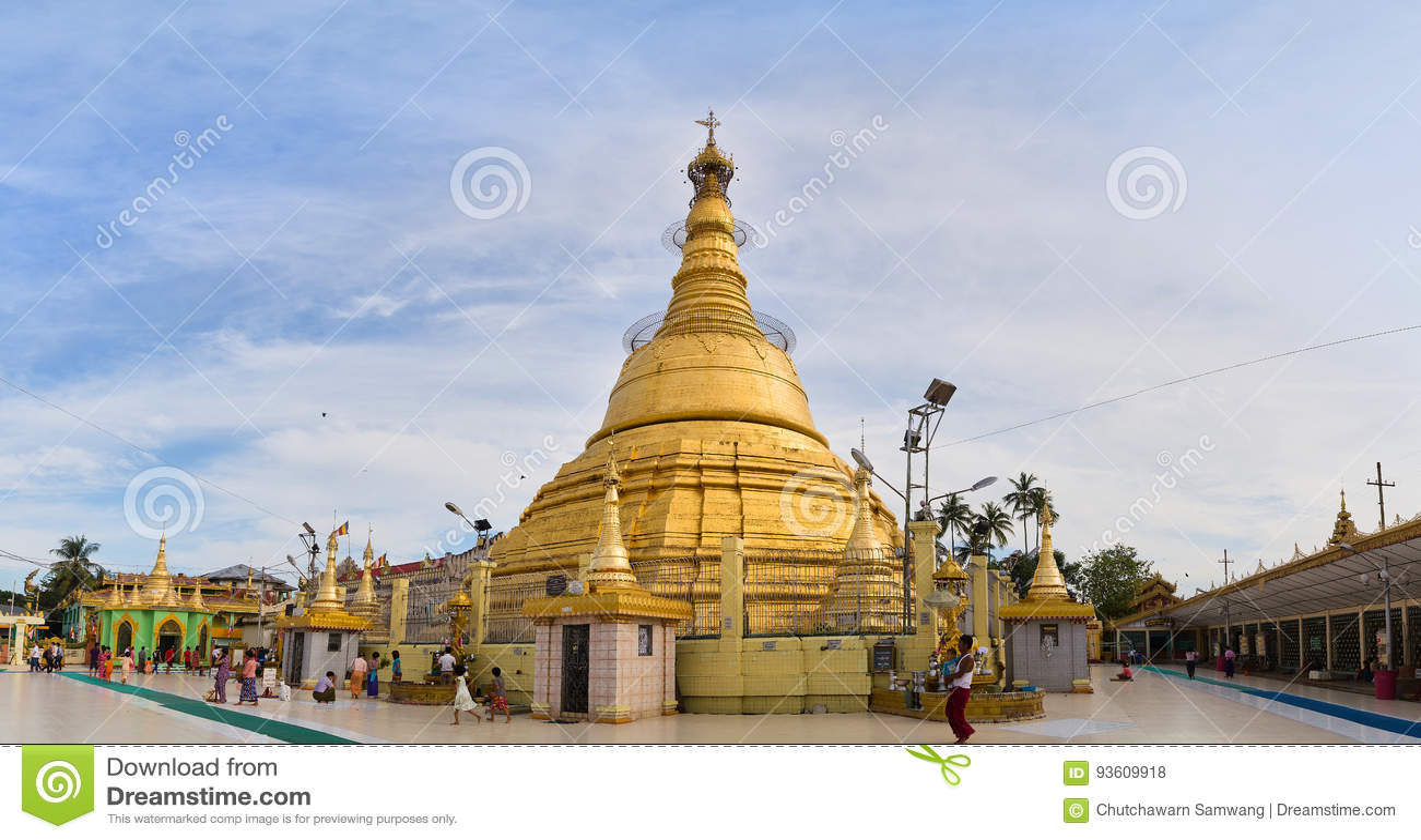 Os turistas visitam o pagode bonito de Botahtaung