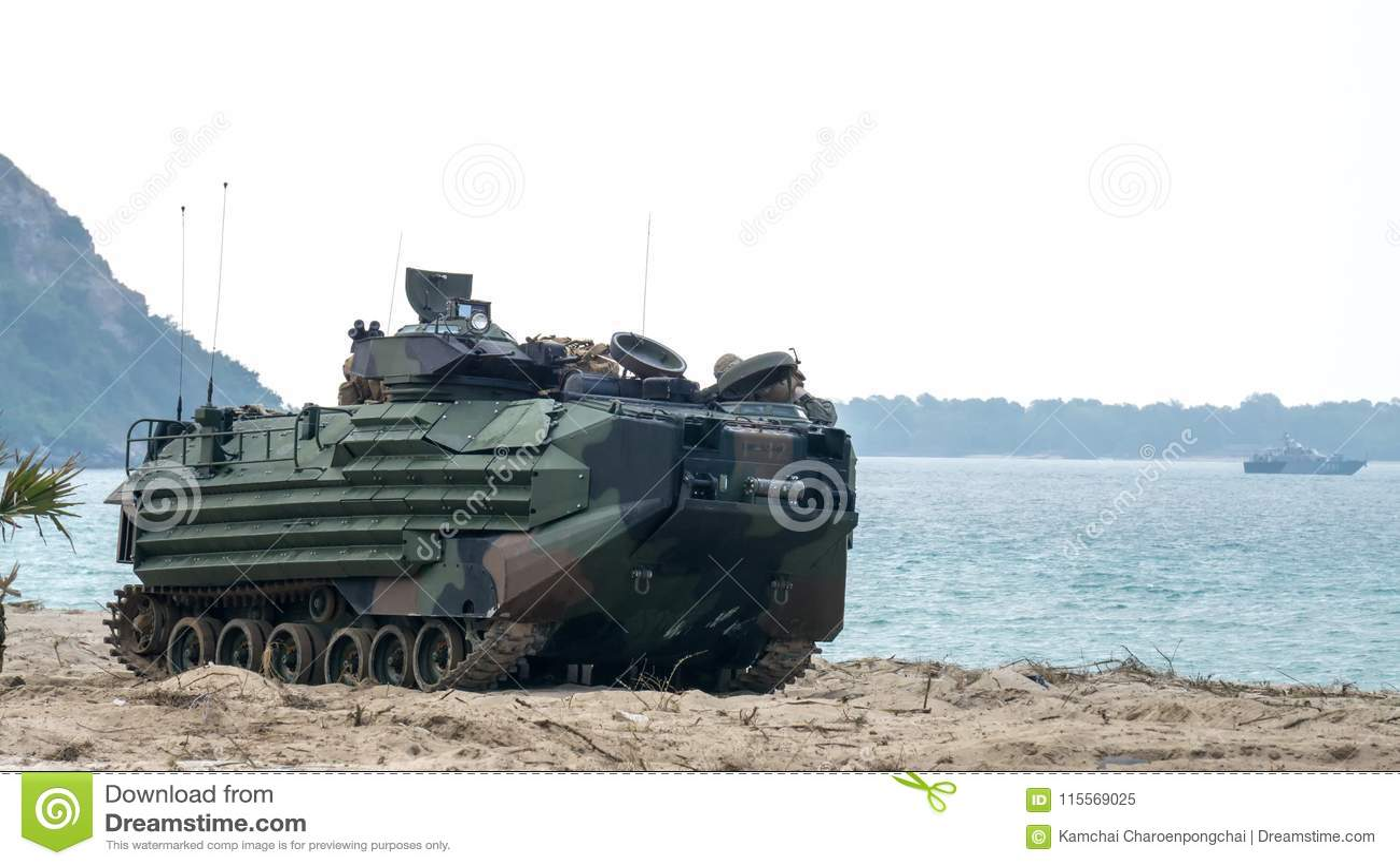 Os veículos marinhos do assalto anfíbio dos E.U. aterram na costa de mar durante C