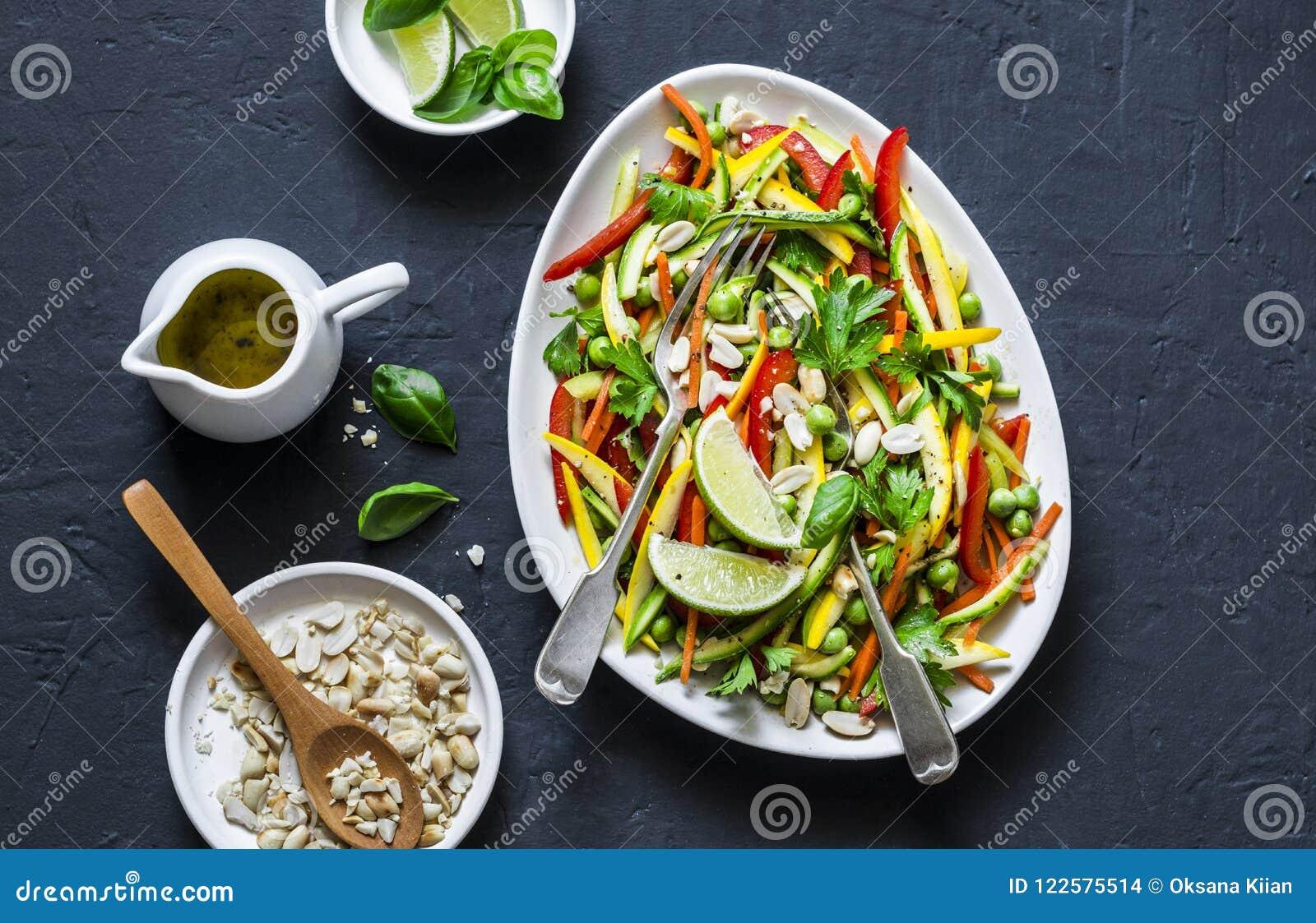 Os vegetais crus acolchoam a salada tailandesa no fundo escuro, vista superior