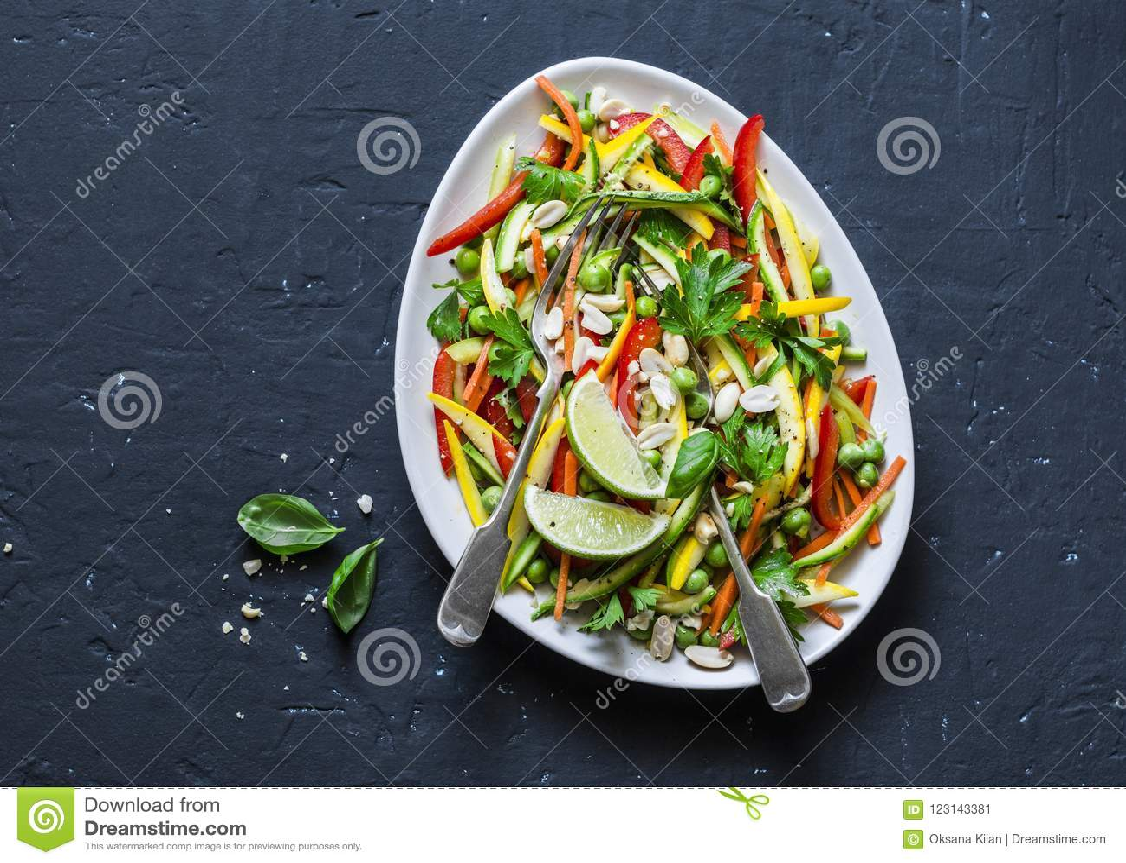 Os vegetais crus acolchoam a salada tailandesa no fundo escuro, vista superior Alimento saudável do vegetariano