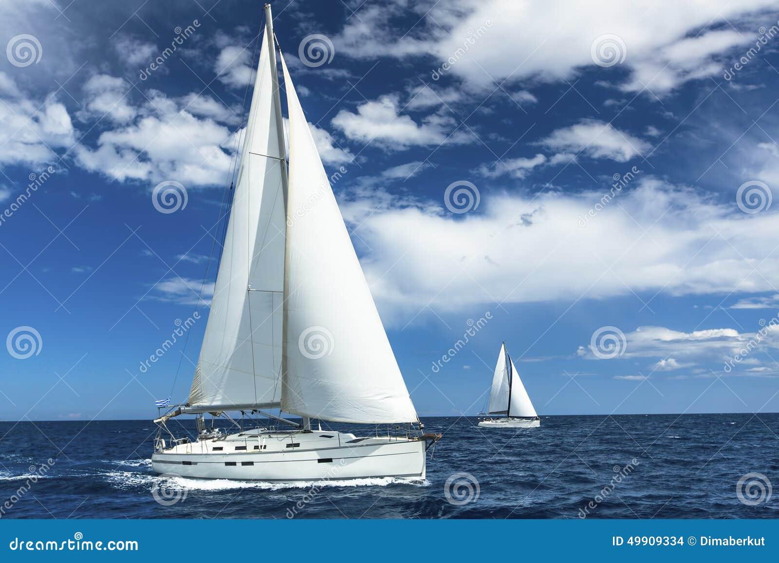 Os veleiros participam na regata da navigação sailing yachting