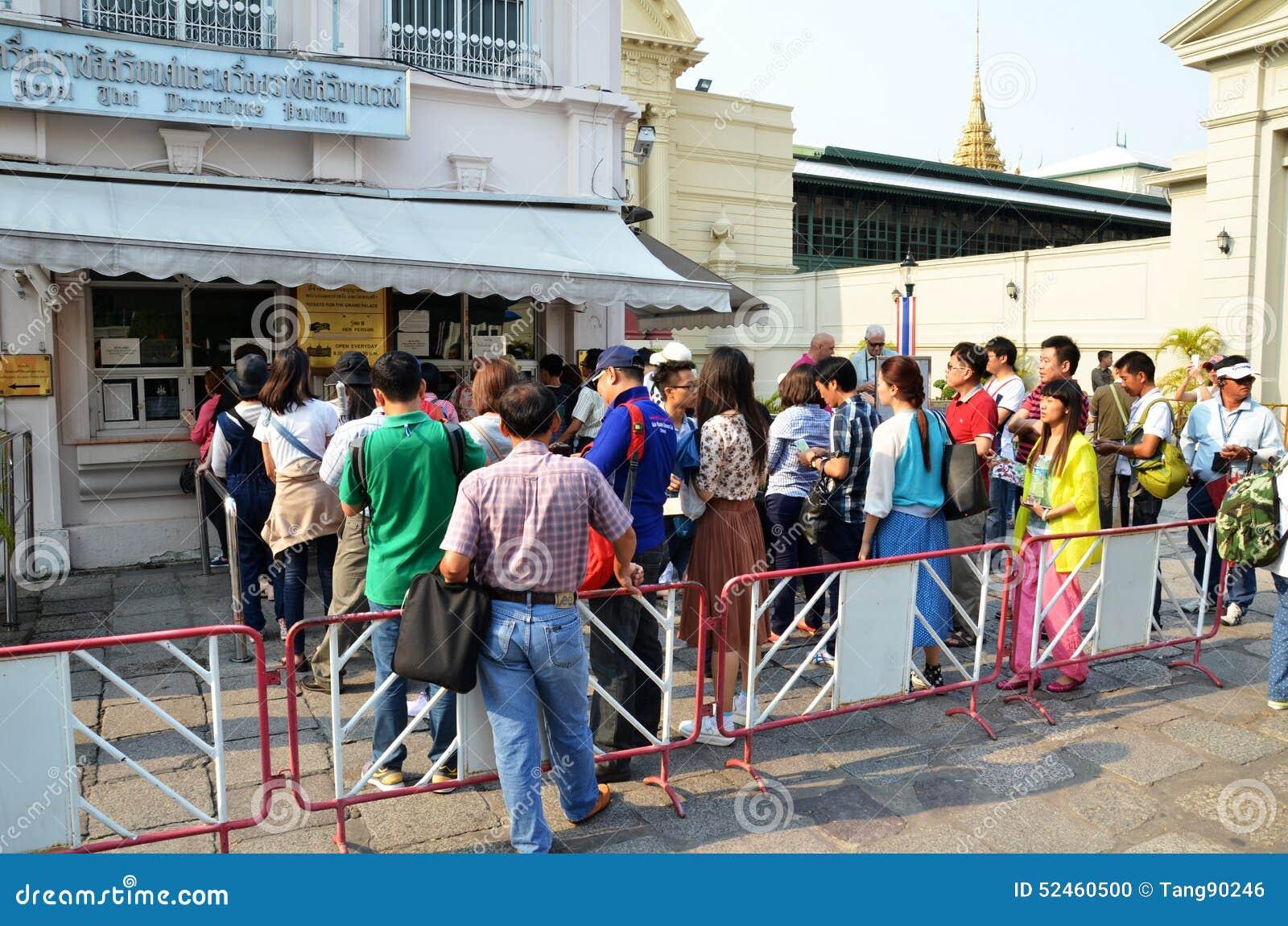 Os viajantes enfileiram-se para comprar o bilhete antes de entrar no palácio o da glândula