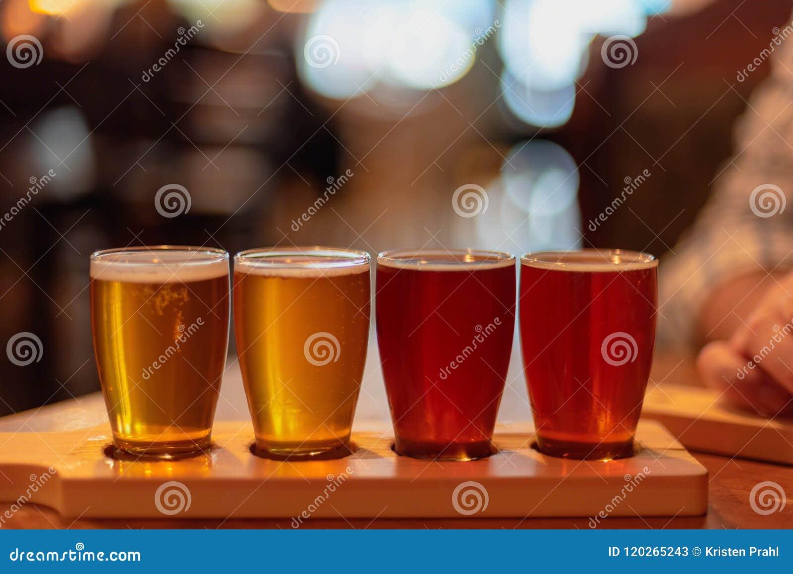 Os vidros da cerveja do ofício alinharam na tabela