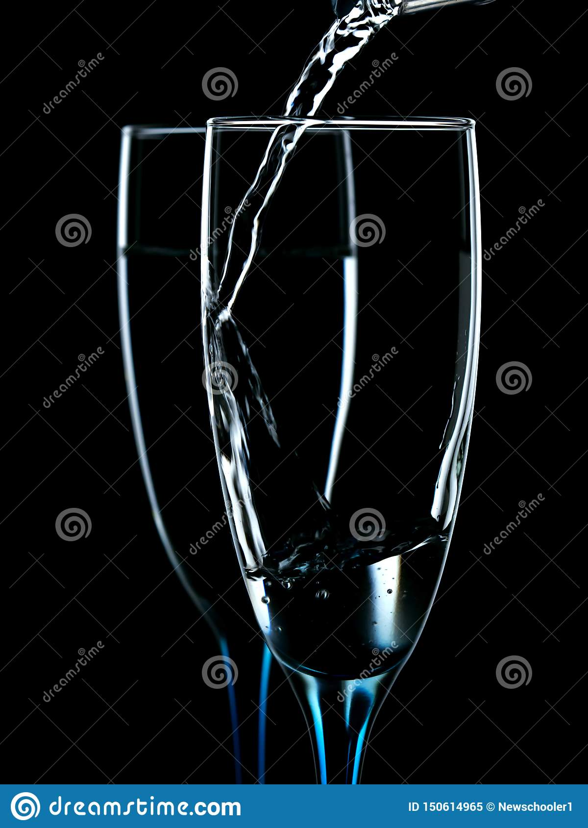 Os vidros são derramados com agua potável
