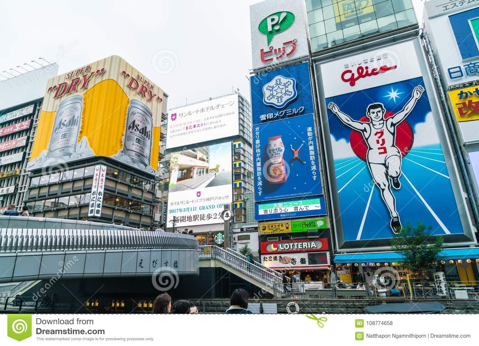 OSAKA, JAPAN - NOV 19 2016: Group Of The People Walking To Shopp ...