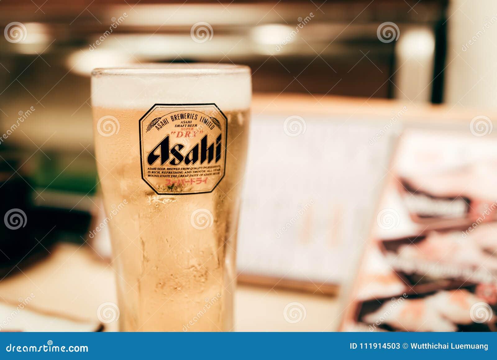 OSAKA, JAPON - 17 janvier 2018 : Bière d Asahi dans un verre sur le bois