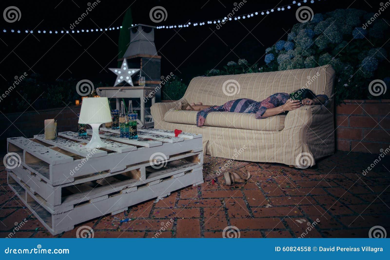 Osamotniona pijąca kobieta śpi nad kanapą póżniej