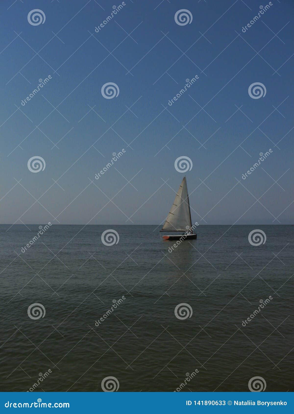 Osamotniony żagiel w morzu