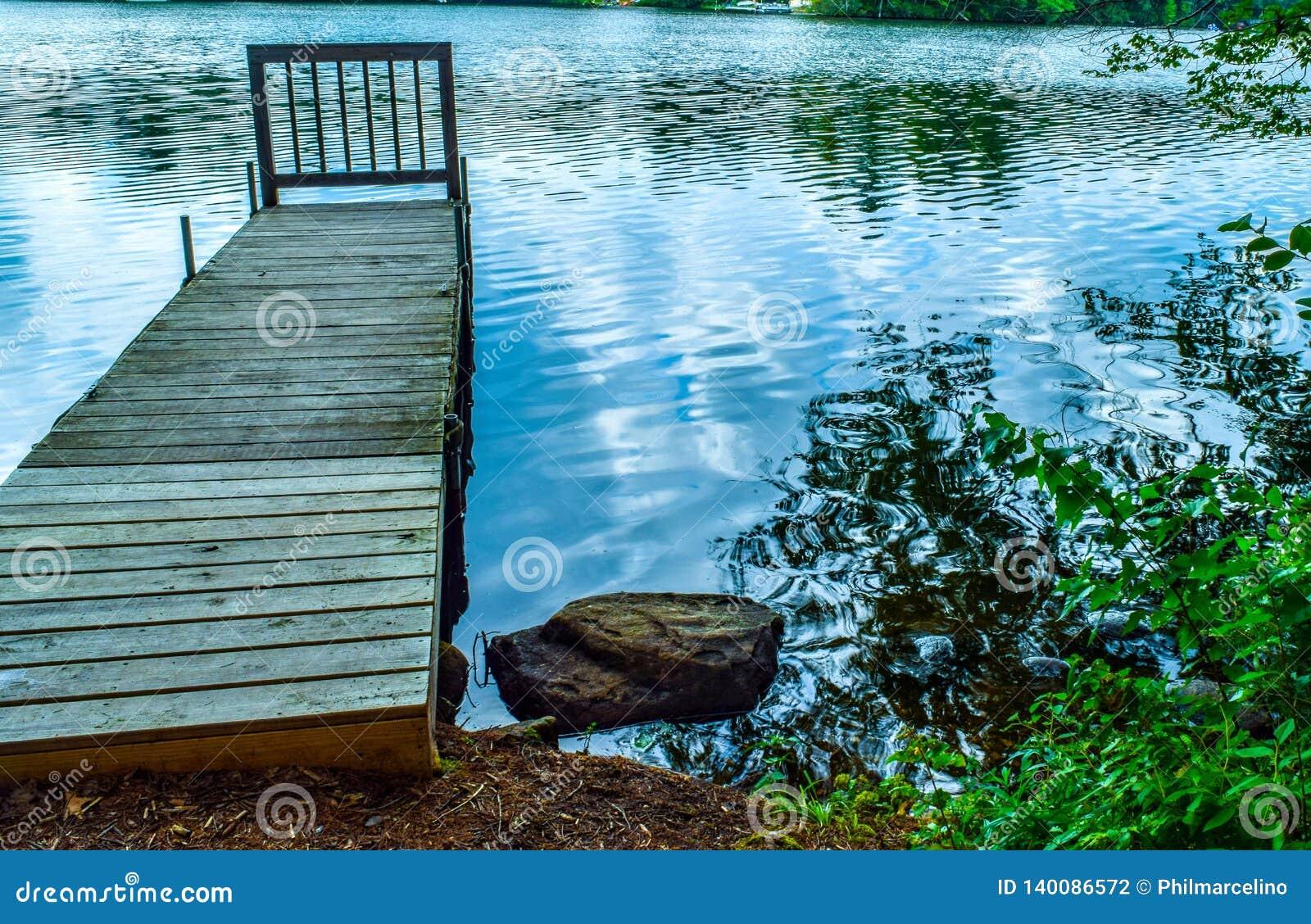 Osamotniony dok bez łodzi