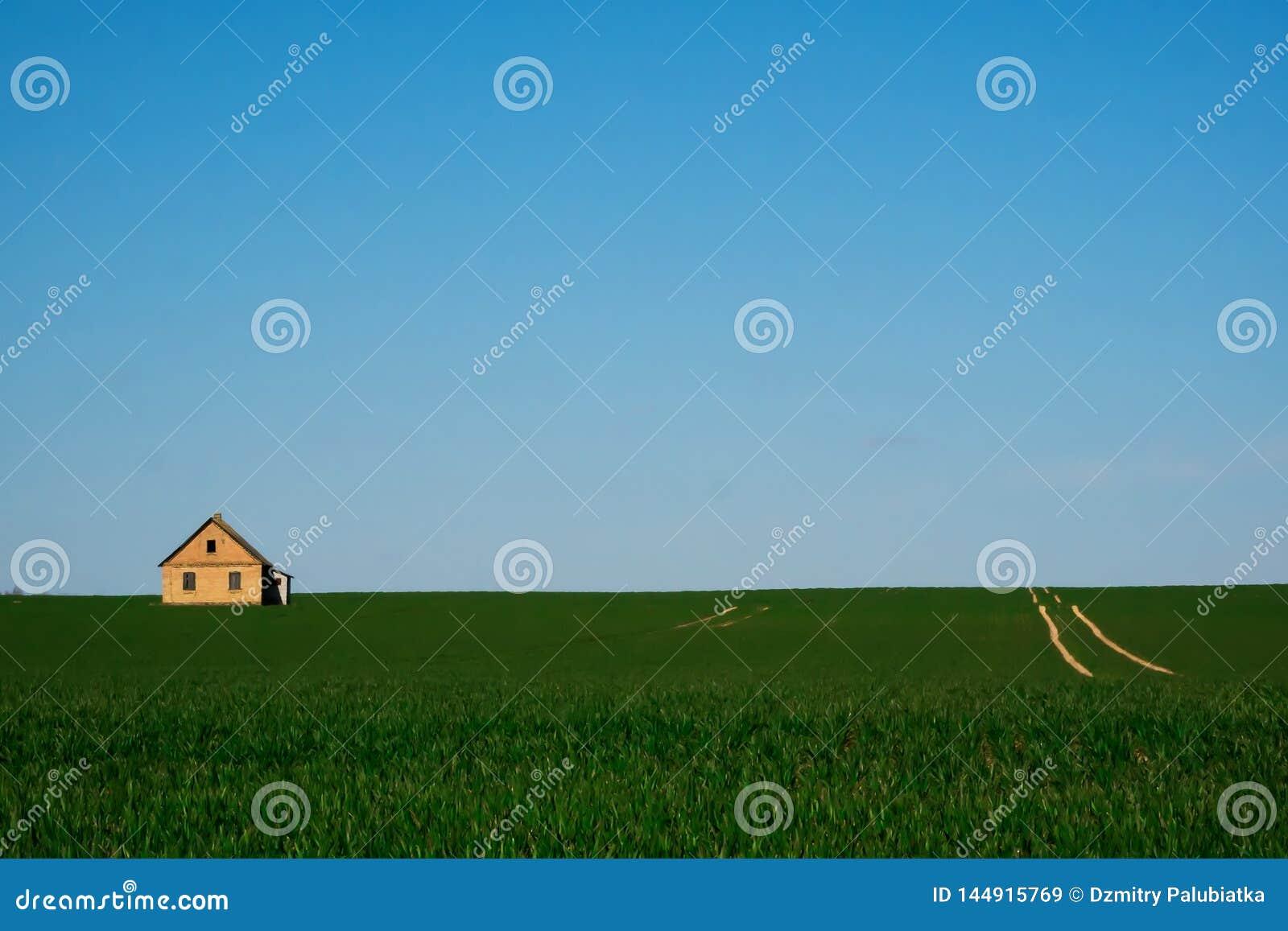 Osamotniony dom w zielonym polu
