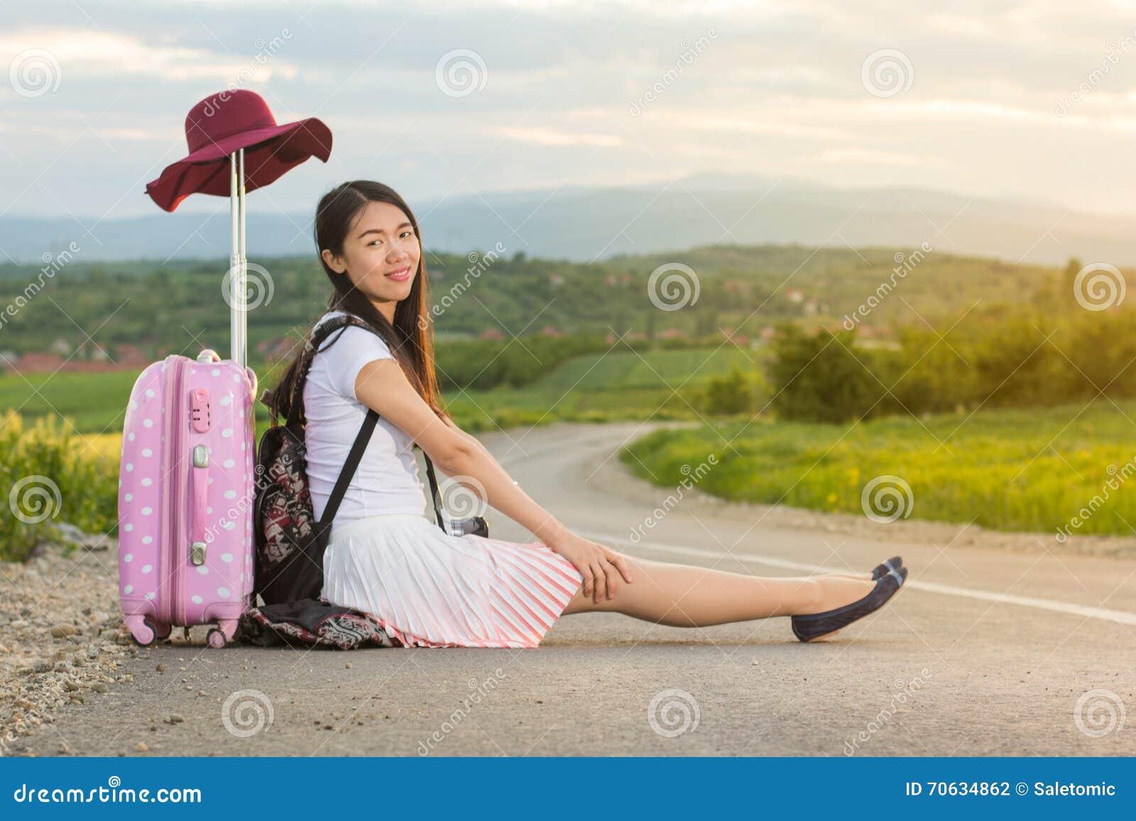 Osamotniony dziewczyny obsiadanie na drodze